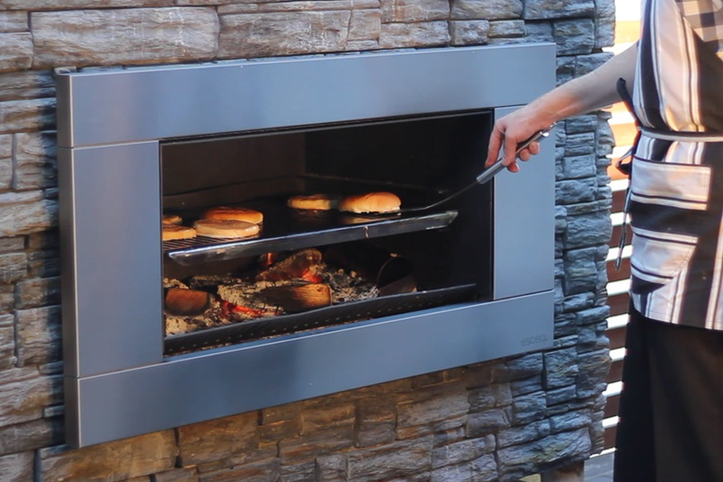 The EW5000 features a BBQ cooking plate, which can be conveniently stored under the ash pan.